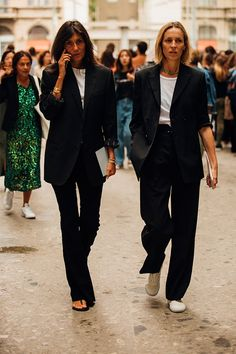 white t-shirt street style with Emmanuelle Alt Cool Street Fashion, 90s Fashion, Fashion Tips, Milan Fashion, Style Fashion, Fashion Outfits, Emmanuelle Alt Style, Business Outfit Frau, Casual Outfits