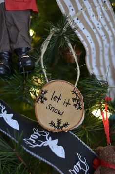 DIY tutorial for making wood slice ornaments. Easy project to make for yourself or as gifts.