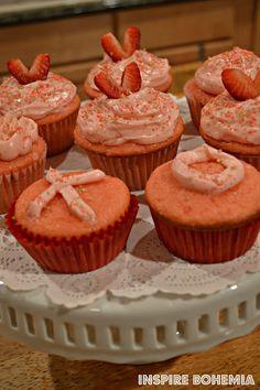 Inspire Bohemia: Strawberry Cupcake Recipe + Valentine's Day Crafts and Decorating. Valentines Day Tablescapes, Valentine Day Crafts, Be My Valentine, Strawberry Cupcake Recipes, Garden Design, Miami, Cactus, Inspire, Decorating