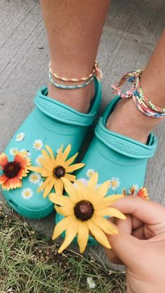 24 Crocs How to Wear Ideas Cute Shoes, Me Too Shoes, Trendy Shoes, Summer Aesthetic, Crocs Shoes, Mellow Yellow, Shoe Game, Cute Pictures, Sneakers