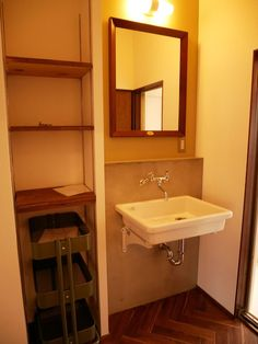 古くて新しくて、とびきり可愛い平屋。 - 物件ファン Vanity, Flat, Bathroom, House, Dressing Tables, Washroom, Powder Room, Bass, Home