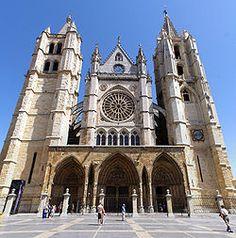 La catedral de León es una de las catedrales españolas que mejor representa la pureza y unidad del estilo gótico, con una profunda influencia francesa. Su construcción data del siglo XIII. En la imagen se contempla su fachada occidental, con un pórtico triple similar al de la catedral de Reims, con rosetón central, y flanqueada por dos torres góticas, de diferente forma y altura.