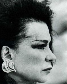 Η Τζένη Καρέζη, αναμφισβήτητα, αποτελεί μία από τις μεγαλύτερες ελληνίδες ηθοποιούς και άφησε το στίγμα της τόσο στο θέατρο και στον κινηματογράφο, όσο και στην κοινωνικό γίγνεσθαι. Αναπόφευκτα συγκρίθηκε με την Αλίκη Βουγιουκλάκη, αφού αποτέλεσαν και οι δύο, τι Greek Beauty, The Rock, Actors & Actresses, Greece, Cinema, Statue, History, Vintage, Art
