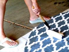 Outdoor waterproof rug from a tablecloth. Alfombra impermeable al aire libre de un mantel. Painted Floor Cloths, Painted Rug, Painted Floors, Stenciled Floor, Outdoor Flooring, Diy Flooring, Flooring Ideas, Waterproof Pergola Covers, Waterproof Outdoor Rugs