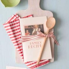 Make a Family Keepsake Recipe Book - great idea Family Recipe Book, Recipe Books, Family Recipes, Craft Gifts, Diy Gifts, Recipe Scrapbook, Book Gifts, Recipe Cards, Homemade Gifts