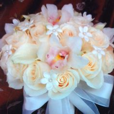 Roses, calla lilies, orchids, stephanotis.  Perfect colors!