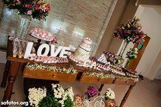 Decoração da mesa de bolo de casamento com letras 3D