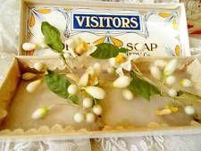 Broches de azahar de cera en caja de jabón. Manufactura francesa