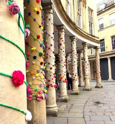 thousands of crochet roses cascading down the colonnades of Bath city centre. This was made possible by the wonderful army of women that came together to work on the project and from the hundreds of roses that were sent to me from all the country. Form Crochet, Crochet Flower Patterns, Crochet Yarn, Knitting Yarn, Crochet Roses, School Murals, Rainbow Magic, Weaving Textiles, Yarn Bombing