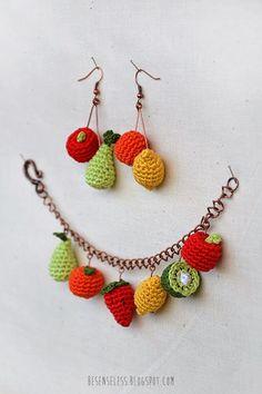Bijou con miniature di frutta a uncinetto: mela, pera, arancia, limone, fragola e kiwi per un bracciale e orecchini - Amigurumi fruits miniature: pear, apple, orange, lemon, strawberry and lemon for crocheted bracelet and earrings.