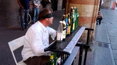 Zoran Madzirov suona le bottiglie bendato in Piazza Maggiore Bologna