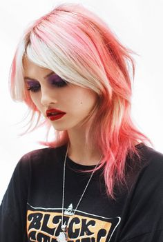 Dye your hair simple & easy to champagne pink hair color - temporarily use coral pink hair dye to achieve brilliant results! DIY your hair salmon pink with hair chalk Hair Chalk, Coloured Hair, Hair Dos, Pretty Hairstyles, Pink Hairstyles, Long Shag Hairstyles, Dyed Hair, Maybelline, Hair Inspiration