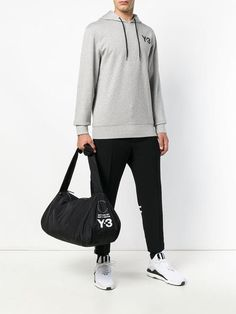 Shoppen Y-3 Reisetasche mit Logo-Print Logos, Duffel Bag, Look Fashion, Normcore, Sweatshirts, Sweaters, Style, Cold Feet, Travel Tote