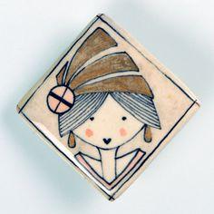 Señorita 1. mademoiselle 1.  Broche de pasta cerámica con papel, diseñado, dibujado y pintado a mano. Medidas aproximadas: 4'3x4'4cm. Muy resistente a golpes y caídas.    Brooch made of ceramic paste with paper, designed, drawn and painted handmade. Approximate size: 1'69x1'73 inches. Very resistent to damage due to bumps and falls.