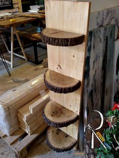 Holzregal & Blumenbeet - According to one rumor, the idea of ​​disassembled furniture was Log Furniture, Unique Furniture, Furniture Stores, Handmade Wood Furniture, Woodworking Projects Diy, Wood Projects, Wood Slices, Wood Shelves, Wooden Diy