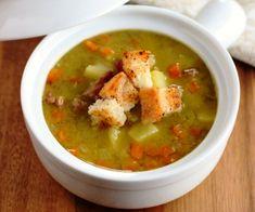Ароматный гороховый суп с копченостями и зеленью, приготовленный в мультиварке и поданный с гренками или белыми сухариками