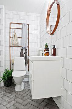 Copper & White Bathroom - Kungsladugård - Godhemsgatan 23 A Grey Bathroom Floor, Laundry In Bathroom, Grey Bathrooms, Bathroom Colors, White Bathroom, Bathroom Flooring, Beautiful Bathrooms, Bathroom Wall, Bathroom Interior