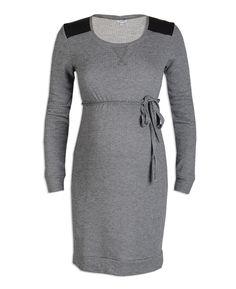 Deze positie jurk van Prenatal is gemaakt van een soepel materiaal. De positie jurk heeft details van imitatieleer op de schouders. Het model is verkrijgbaar van maat S t/m XL.