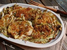 Roasted cabbage slices with breadcrumbs and Parmesan topping Italian Recipes, Vegan Recipes, Roasted Cabbage, Cabbage Recipes, Veggie Dishes, Light Recipes, Going Vegan, Entrees, Macaroni And Cheese