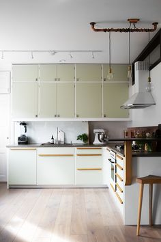 light green retro kitchen - scandinavian style - cuisine retro - style scandinave -Heleneborgsgatan therese_winberg_photography_stylist_josefin_haag hååg fantastic frank kitchen green vintage wood brass