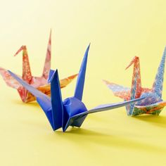"- Origami - 定番だけどちゃんと折れる?「つる」の作り方 How to make an e. Is it a classic but can you break it properly? How to make an easy origami ""Crane"" Diy Origami Lampe, Instruções Origami, Origami Paper Crane, Origami Videos, Origami Ball, Paper Crafts Origami, Origami Flowers, Paper Crafting, Origami Wall Art"