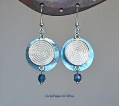 Boucles d'oreille véritable nacre teintée turquoise, connecteur argenté ethnique et perle en verre