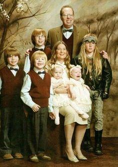 Most Awkward Family Portraits Ever - spot the rebel! Funny Family Portraits, Funny Family Photos, Funny Photos, Foto Fails, Photoshop Fails, Strange Family, Awkward Family Photos, Family Humor, Just For Laughs