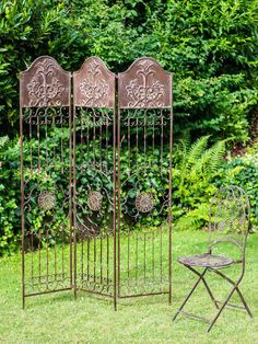 DIY Garden Trellis - Living in a house with a garden is always a dream come true for those who are into gardening. You are not just keen on planting flowers Trellis Fence, Garden Trellis, Trellis Design, Indoor Outdoor, Outdoor Living, Pergola, Stunning Photography, Planting Flowers, Backdrops