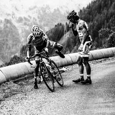 2015 22/7 rit 17 > Peter Sagan gives his bike to Alberto Contador Velasco after his crash
