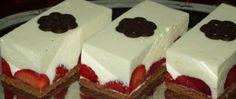 Nepečené jahodové řezy s pěnou z bílé čokolády