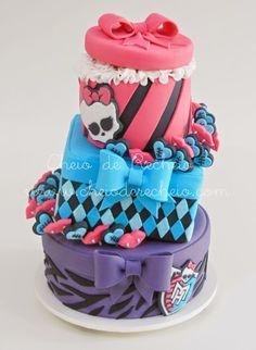 As meninas, fãs destas monstrinhas fofas vão se apaixonar por este bolo, com muitos laços, glitter e muitas cores para animar a sua festa! B...