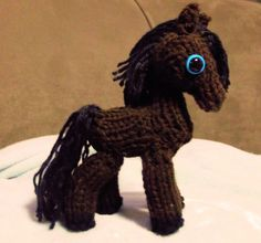 Use the big horse video as a guide to help with the mini horse. : Use the big horse video as a guide to help with the mini horse. Mini Horse Items: 12 peg loom cord loom with 8 pegs looming … Round Loom Knitting, Loom Knitting Stitches, Spool Knitting, Knifty Knitter, Knitted Stuffed Animals, Knitted Animals, Diy Knitting Projects, Knitting Tutorials, Knitting Ideas