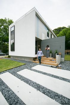 184 Pearl Street on the Modern Atlanta Home Tour. 2,150 sq. ft. / 3 bed, 3 bath. Brian Ahern and Jeff Darby of Darby Construction. Cementitious panels are used on the exterior of the home. Concrete and slate chip driveway/parking pad. Modern Atlanta Architecture.