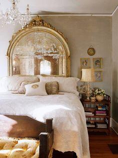Dormitorio. Cabecero gran espejo antiguo en arco.