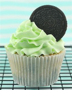 Mint Oreo Cupcakes, a fresh (and delicious!) dessert Mint and oreos are the BEST Oreo Cupcakes, Yummy Cupcakes, Cupcake Cakes, Gourmet Cupcakes, Strawberry Cupcakes, Easter Cupcakes, Flower Cupcakes, Velvet Cupcakes, Christmas Cupcakes