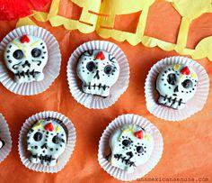 Calaveritas hechas con galletas de chocolate para el Día de muertos. Day of the Dead cookies brought to you by Latina Bloggers.
