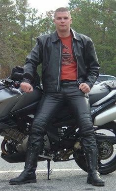 Mens Leather Pants, Leather Jacket Outfits, Leather Gloves, Leather Jackets, Smart Men, Hommes Sexy, Men In Uniform, Attractive Men, Sexy Men