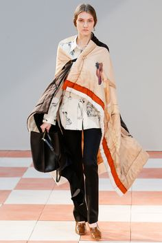 Na apresentação da marca Céline, a fibra interna sustentou alguns modelos de casacos encorpados, inspiração cool sportswear presente no desfile.