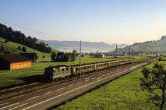 Schnellzug 2662 Romanshorn - Luzern hat Rothenthurm gerade verlassen. Bespannt wird der durch die SBB geführte Vorläufer des heutigen Voralpen-Express von der Re 4/4 II 11153 Diesel, Swiss Railways, S Bahn, Railroad Tracks, Switzerland, Trains, Pictures, Lucerne, Travel Report