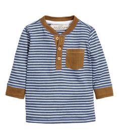 Henley shirt in jersey with a button placket, low, ribbed collar, and a chest pocket. Wide ribbing at cuffs.