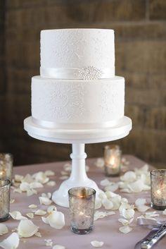 White wedding cake - Photography: Weddings By Nicola And Glen - weddingsbynicolaandglen.com