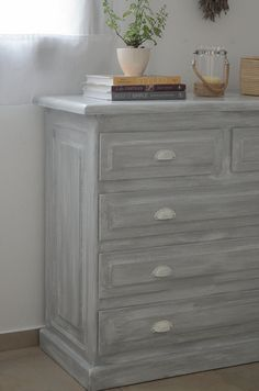 Transform a bedroom with carob furniture with a soft gray patina - florentina Furniture Painting Techniques, Paint Furniture, Furniture Styles, Home Decor Furniture, Furniture Makeover, Modern Furniture, Diy Home Decor, Dresser As Nightstand, Decoration