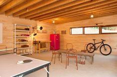 aménagement garage moderne, poutres apparentes au plafond, lambris bois et meubles assortis