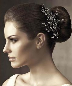 Con estos hermosos accesorios para el cabello lucirás increíble.   Accesorios de moda para el cabello | Accesorios elegantes para el cabello | Tocados y peinetas para novia. | #moda #cabello