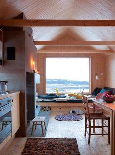 Innredning til kjøkken:   VARM MINIMALISME: Enkel og funksjonell innredning, uten noe ekstra dill og med en nostalgisk undertone som sender tankene tilbake til 50 og 60-tallet. I motsetning til 2000-tallets minimalisme er den organiske stilen varm og lun på grunn av materialebruken. © Espen Grønli