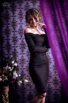 скромно вечернее платье позы девушка интерьер стоя спереди целиком
