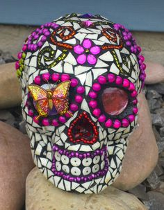 Mosaic Sugar Skull Recycled beads, glass, earrings, necklaces, brooches, flower vase, dinner plates Mosaic Diy, Mosaic Glass, Stained Glass, Glass Art, Mannequin Art, Horseshoe Crafts, Day Of The Dead Skull, Mosaic Madness, Sugar Skull Art
