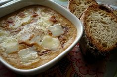 Αυγό ψημένο με τις κριτσανιστές άκρες του να μπερδεύονται μέσα σε σπιρτάτη σάλτσα ντομάτας και το τυρί να λιώνει όσο ανακατώνεις με το πηρούνι, κάνοντας τις μπουκιές όλο και πιο αλμυρές… χορταίνει και ευφραίνει! Cheeseburger Chowder, Greek, Soup, Meals, Recipes, Meal, Soups, Ripped Recipes