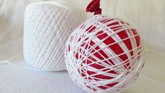 Avec le pinceau, badigeonnez les fils de coton de colle diluée. Saupoudrez légèrement de brillants et laissez sécher durant 12 heures. Demandez aux enfants de crever le ballon, et retirez-le délicatement. Accrochez un petit morceau de broche à votre boule pour la suspendre dans le sapin. Effet garanti!