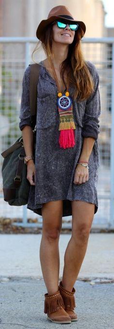 robe hippie chic bleue, chapeau marron et pendantif ethno